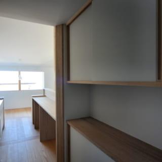 キッチン奥の収納スペースも今回造作されたもの。キッチン道具や食材などをしまっておくのに便利