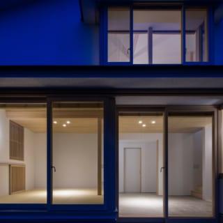 夜の外観。土間スペースと畳スペースの段差が外観のデザインにも変化を持たせている