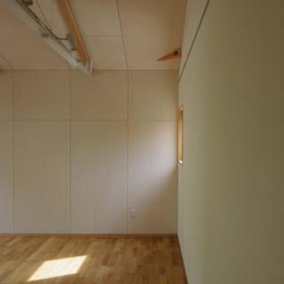 玄関土間から繋がるアトリエは約14.5畳。1800mm×1000mmの作品を描ける大きなプレス機も余裕で置ける広さ