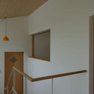 吹き抜けの階段から、中2階の洗面&浴室、さらに2階へと続くM様邸。写真は2階ホールから見たところ