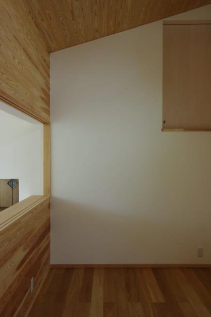 客間としても利用している2階洋室。この空間だけ、壁や天井は板張りを中心にしている