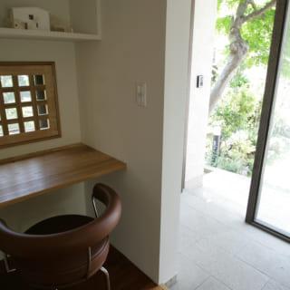 小窓は温かみのある木枠で覆い、カウンターも造作。何気ない窓辺が居心地のよいパーソナルスペースに