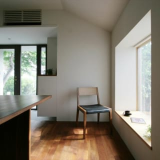 応接ルームの出窓。出窓部分をテーブル代わりにし、中庭を眺めながら窓辺でゆったりお茶の時間を楽しめる