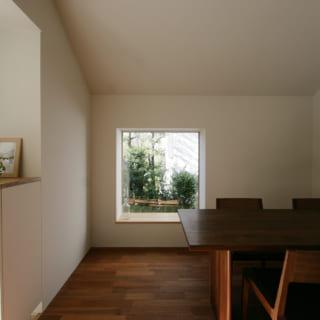出窓はあえて大開口とせず、窓辺に座ってホッと落ち着けるサイズに。適度な自然光が心地よい陰影を生む