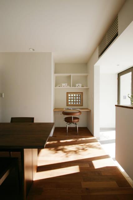 応接ルームの一角には小窓のカウンタースペースが。室内には庭木の影が映り込み、光と影の美しい絵画のよう