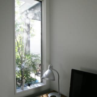 1階アトリエの小野さんのデスク。仕事中にふっと顔を上げると緑と青空が視界に入り、リフレッシュできる