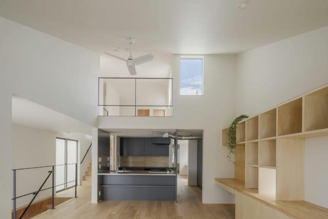 2階リビング・ダイニングからキッチン、3階を見たところ。ハイサイドライトが光をたっぷりと室内に取り入れている
