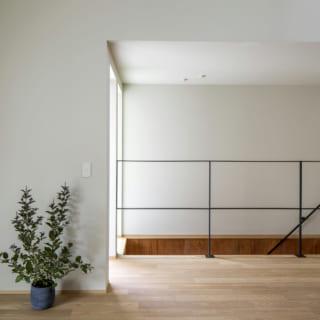 2階リビング・ダイニングと階段の間は、間仕切りなく開けていて、空間の広がりを感じさせる。空間を可能な限り繋げることで、家中に光が届きやすく、風も流れやすくなる