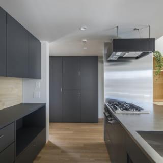 キッチンは奥行きを広くして、前後の少ない動きで作業ができるようなレイアウトで造作。パントリーには冷蔵庫も置けるスペースを確保し、家電を置く収納、キッチン収納や、広いキッチンカウンターなど、すっきりと家事がしやすくなる工夫を凝らした