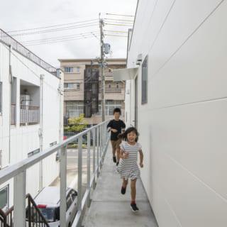 2階のバルコニーは建物の周りをぐるりと回遊できる。建物のサイドでも70~80cmの幅があり、お子さんがよく走り回って遊ぶ大好きな場所のひとつだとか