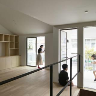 2階リビング・ダイニングは、バルコニーやインナーテラスと繋がっていて、家の内と外とが一つの生活空間として連動している