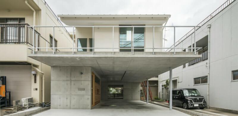 大きなスラブが1階の屋根&2階の床に。 建物内外の回遊性をとことん高めた住まい