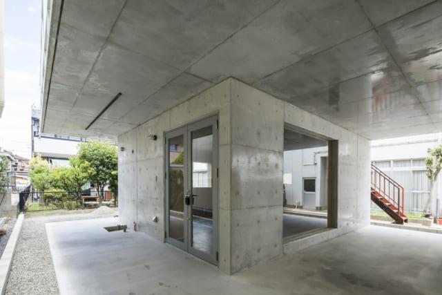 コンクリート壁に囲まれた仕事部屋は、住居部分とは独立した離れに。RC造の壁と駐車場スペースの2本の柱が2~3階部分をしっかり支えているため、基礎のコストを抑えられたというメリットもある