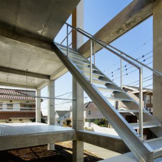 玄関はあえて2階に。階段はYさんお気に入りの亜鉛溶融めっき製