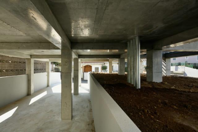 床下部分は、駐車場や庭(植栽にて緑化)としての機能をもたせるとともに、子どもたちの格好の遊び場にも