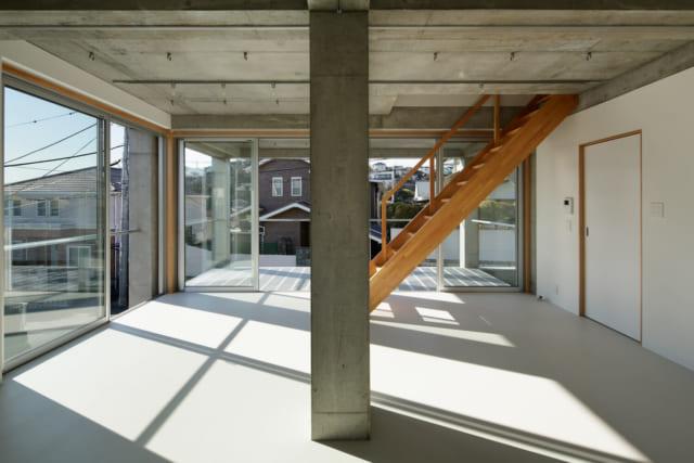 ホール横のテラス。部屋の増設が必要になった際は、ボックス状の部屋を設えることで対応可能