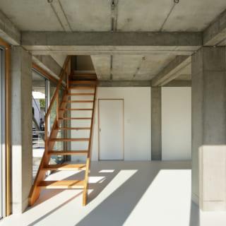 1階ホールは多目的な用途に活用。天井をあえて仕上げずコンクリートの質感をそのまま楽しむ