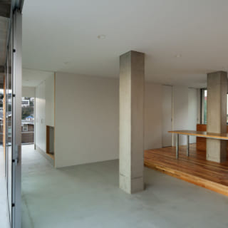 明るく開放的なリビング。土間から直接生えたかのような柱もこの家の個性のひとつ