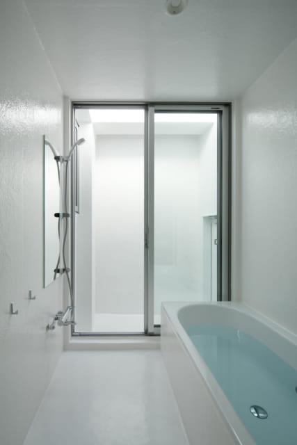 バスルームはサーファーには嬉しい、玄関を通らず直接入れる構造。窓ごしの中庭が露天風呂感を演出
