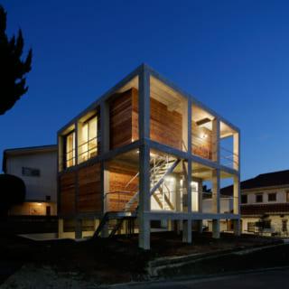 夜になり室内の明かりが灯ると、建物がランタンのように美しさを際立たせる