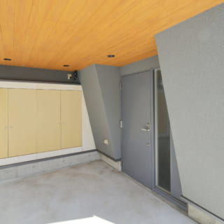 1台分の駐車スペース。奥には収納として使える納戸が備え付けられている