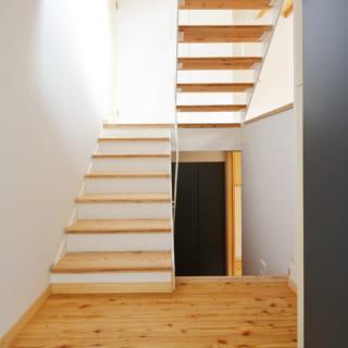 玄関から中を見たところ。下に降りると夫婦と子どもの個室。上に上がるとダイニングスペースがある