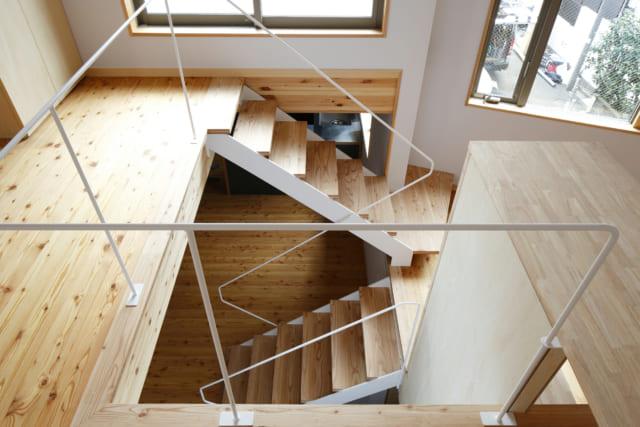 半階ずつフロアが変わるスキップフロア。フロア同士が完全に分離されないため、空間が広く見える効果がある