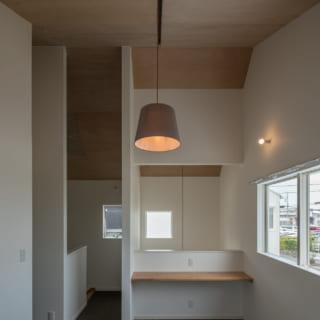 B棟のフリースペース。間地切りのないフリーな空間は、子どもの勉強スペースにもなる。天井にはベニヤを貼って明るく優しい雰囲気に
