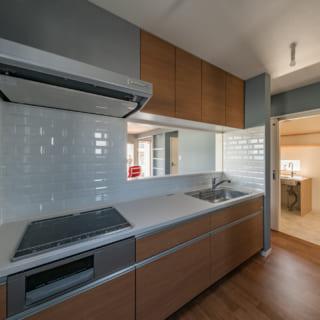 広々としたキッチンはタイルの壁がカッコイイ。大判なので掃除もしやすく、耐水性も抜群だ。キッチンの隣は洗面室。家事動線もバッチリ