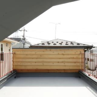 ライブラリースペースから直接出ることができるルーフバルコニー。日当たりが良く、洗濯物を干すスペースとしても活躍する