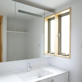 ミラーにライトが仕込んである洗面台。北側ではあるが、湿気に配慮して風が抜けるよう配慮されている