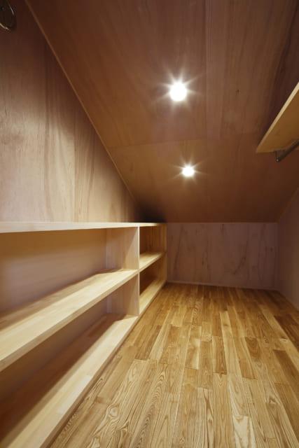 子ども部屋の隠れ家個室風の空間の中は、低めのキャビネットや衣類をすっきり片づけられるハンガーパイプなどを設置。1人1人が整理整頓、片付けなどしやすいよう配慮