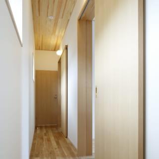 2階の廊下は、各子ども部屋の入り口にある丸照明もアクセント。まるでホテルのように、部屋が並ぶ