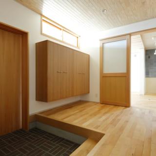 広々とした玄関ホールは風除室的な役割もある。玄関からの外気をここで留めることで、玄関ホールという空間自体が断熱の役割を担うという。これは、昔の日本家屋の土間のような感覚だ
