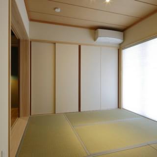 来客を招き入れる和室は、陽当たりのいい南面に。引き戸は開けたときに壁に隠れ、レールの溝もできる限り浅くするなど、隣り合う主寝室との間は、ほぼフラットになっている