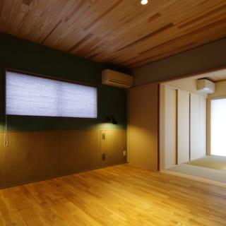 主寝室の一面の壁にはアクセントクロスを採用。光をあてると、少しキラっと光る立体感のある柄に。寝たときに丁度良い高さに、スポット照明も備えた