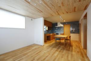 木や漆喰など、ナチュラルな素材を 生かした空間で、家族の自律も促せる家