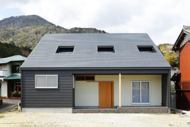 正面から見たら平屋のように見えるT様邸の外観。片流れ屋根の勾配も背景の多度山としっくり合う角度になるよう、1階と2階の割合を調整した