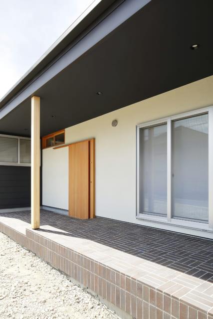 玄関から和室の外まで繋がるタイル敷きの玄関ポーチ。軒が深く、夏の陽射しや、多少の雨が避けられるので、テラスとしても利用できる
