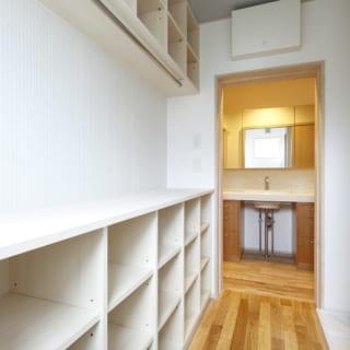 脱衣室には造作棚を5列つくり、家族1人に1列を割り当てられるようにした。各自が自分のものを自分で整理できるよう配慮している