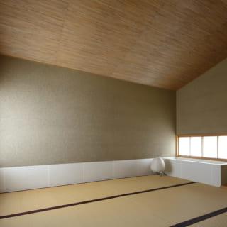 2階和室。上品で凛とした空間デザインは、格式ある茶室を思わせる。左の障子を開けると向かいにある風呂庭の緑が見える