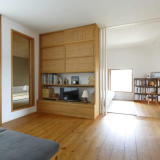 2階家族室の、テレビを楽しめる第2のリビングスペース。左奥の先には、親族が訪れた際にゲストルームとして使える和室がある