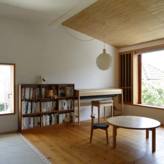 2階家族室の子ども部屋スペースは、将来、間仕切りで独立させることもできる。2面採光で明るく開放的な空間だ