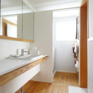 2階洗面室は壁面の一部がタイル張り。木の温かみもほどよく取り入れ、ナチュラルで清潔感のある空間に