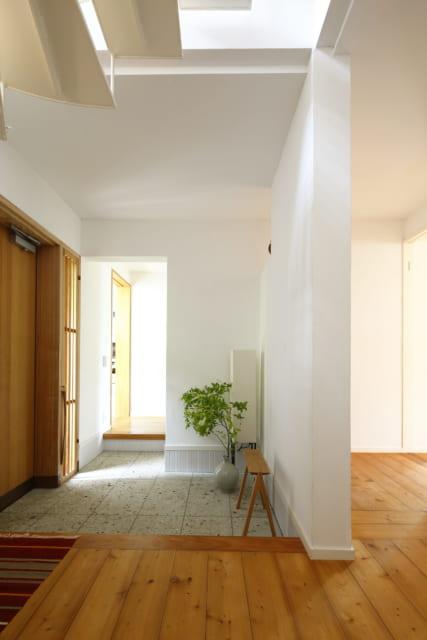1階玄関で東を見る。奥を左へ行くとアトリエ、右へ行くとキッチン。右の廊下の先はリビング&ダイニング