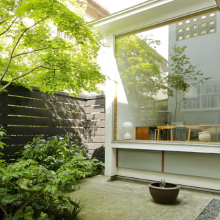 玄関前に広がる北の庭。庭に向かって大きく開口した部屋は、玄関から直行できる熊澤さんのアトリエ