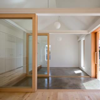 エントランスと、それに続く個室1はコンクリート床の土間になっている。現在は自転車やキャンプ用品の収納、メンテナンス場所として使用しているとのこと。扉は引き戸で、自転車やベビーカーが乗り入れやすい。「サーマスラブ」によって冬の間も床面が暖かく、快適に過ごせる