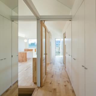 家のどこからでもアクセスしやすい場所にコモンシェルフを設置。部屋にとらわれずどこにでも収納できる