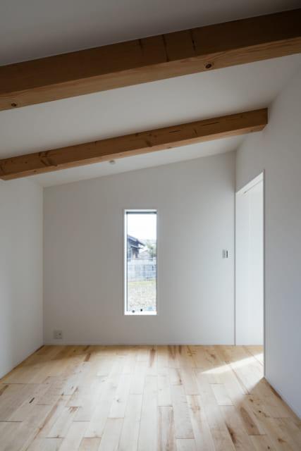 北東に位置する寝室。北側は要望もあり、一番低いところで1900mmにまで抑えた。コンパクト感が際立つ