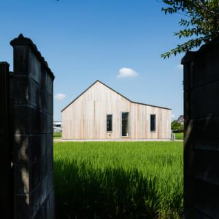 東から見たY邸。三角屋根の下部分にリビングや玄関、緩やかな角度の部分に寝室などパーソナルな部屋がある